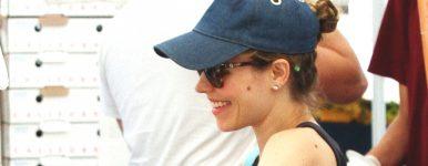 Rachel passeia em uma feira local